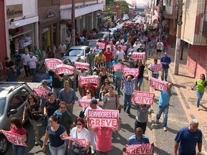 Servidores municipais de Americana durante passeata em agosto (Foto: Reprodução / EPTV)