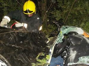 Bombeiros fizeram desencarceramento para retirada de duas vítimas (Foto: Divulgação / Corpo de Bombeiros)