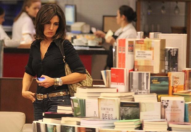 A apresentadora viu as novidades na livraria (Foto: Marcus Pavão/Agnews)