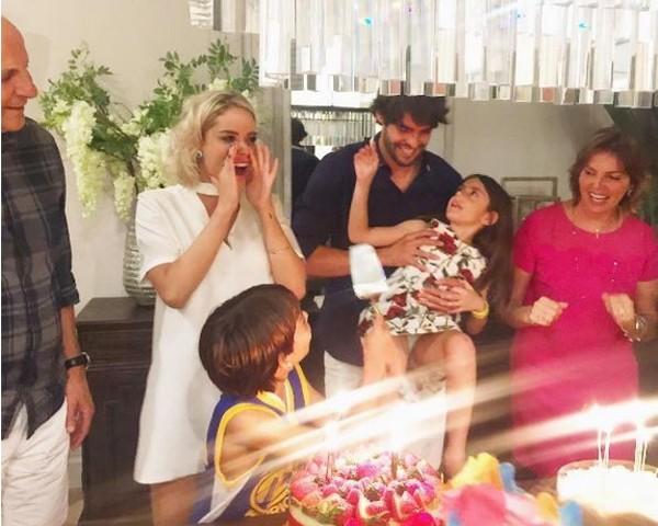 O jogador Kaká comemora o aniversário com a namorada, a família e os filhos Isabella e Luca (Foto: Reprodução Instagram)