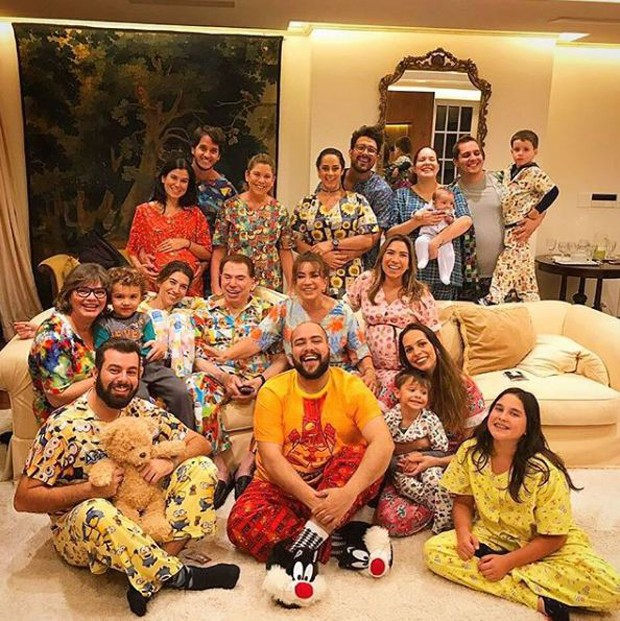 Sílvio Santos celebra aniversário em festa do pijama com a família