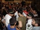 Tiago Iorc deixa shopping escoltado após show em praça de alimentação
