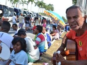 Fiéis acampam no estacionamento da Basílica para Festa da Padroeira (Foto: Filipe Rodrigues/G1)