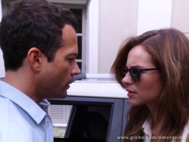 Paloma encontra Bruno no estacionamento logo após beijar Ninho (Foto: Amor à Vida / TV Globo)
