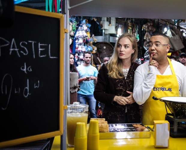 Dudu Nobre prepara os ingredientes de seu pastel (Foto: Camila Camacho / TV Globo)