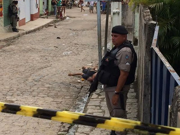 Homem assassinado na tarde deste sábado (7), no bairro do Cristo Redentor (Foto: Walter Paparazzo/G1)
