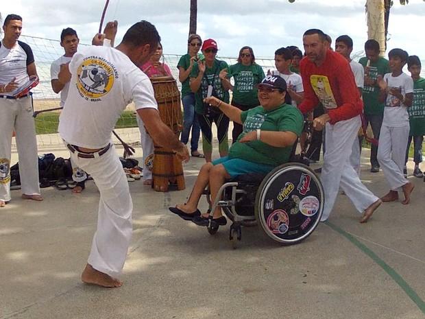 Pessoas com deficiência física realizaram roda de capoeira na Beira Mar (Foto: TV Verdes Mares/Reprodução)