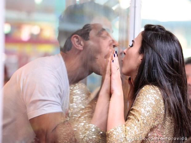 Carlito e Valdirene se beijam (Foto: Pedro Curi/TV Globo)