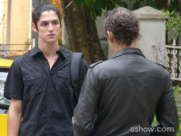 Antônio não esconde a surpresa ao ver o pai pela primeira vez  (Foto: Malhação / TV Globo)
