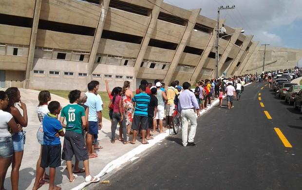 Torcedores formaram filas no Castelão desde as primeiras horas do dia (Foto: Bruno Alves)