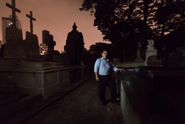 O ex-coveiro Popó se tornou guia do cemitério  (Foto: Marcelo Brandt/G1)