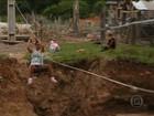 População improvisa tirolesa em cidade alagada no Rio Grande do Sul