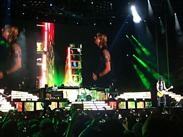 Slash no palco do Mané Garrincha, em Brasília, no show do Guns N' Roses (Foto: Paulo Stefanini/Objetiva Assessoria)