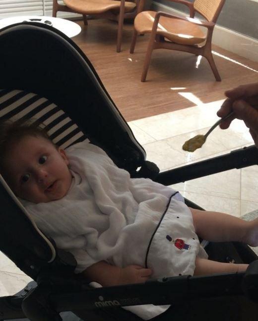 Leo dando papinha apra filho (Foto: Instagram / Reprodução)
