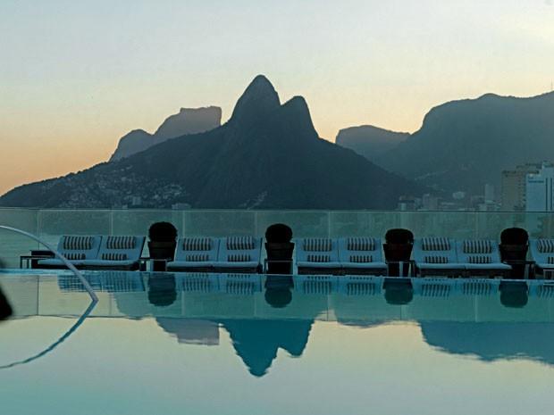 Vista do Morro Dois Irmãos a partir da piscina do hotel Fasano, em Ipanema (Foto: divulgação)