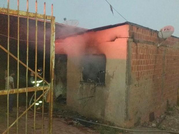 Casa pega fogo no bairro Monte Líbano em Piracicaba (Foto: Wilson de Souza)