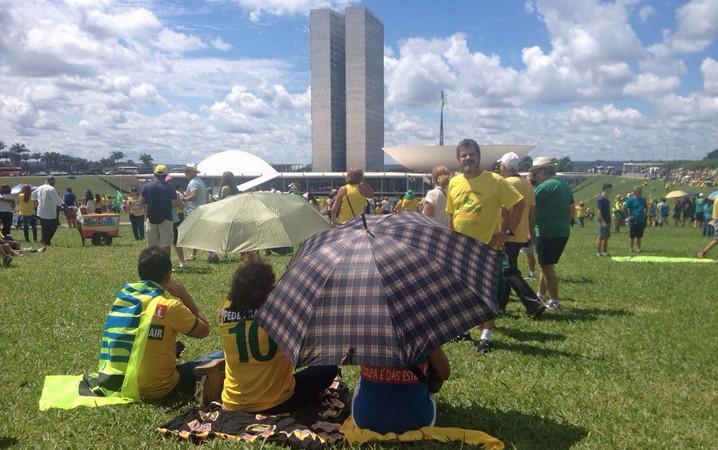 Manifestantes no gramado do Congresso Nacional
