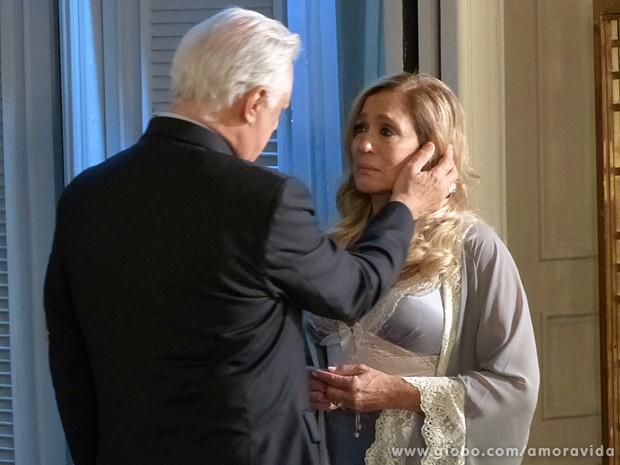 O médico faz de tudo para que seu casamento continue... (Foto: Amor à Vida/TV Globo)