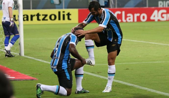 Mamute comemora gol junto com Douglas (Foto: Diego Guichard)