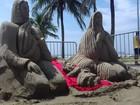 Presépio de areia é atração na praia do Centro em Peruíbe, SP