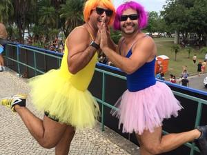 Daniel Shirral e Thiago Vaz abusaram da criatividade, se vestiram de bailarinas e fizeram sucesso na Orquestra.  (Foto: Mariana Cardoso/G1)