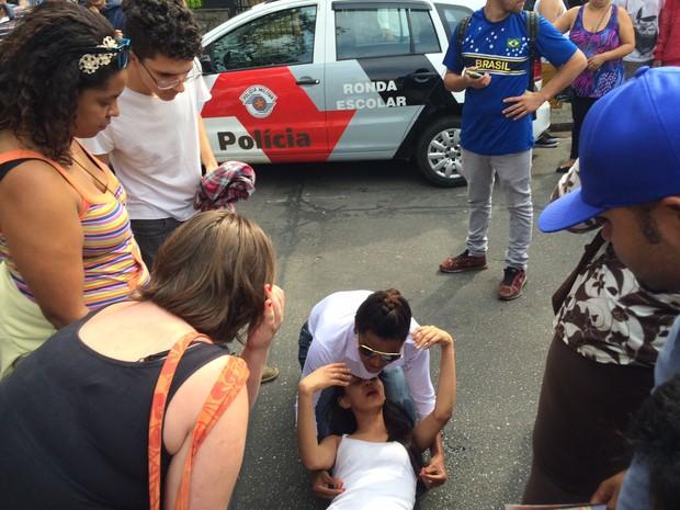 Aluna desmaia durante tumulto (Foto: Will Soares/ G1)