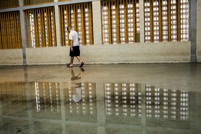 ARREPENDIMENTO. Menor infrator joga bola em quadra de esportes na Casa Jardim São Luiz I. (Foto: Marcelo Min)