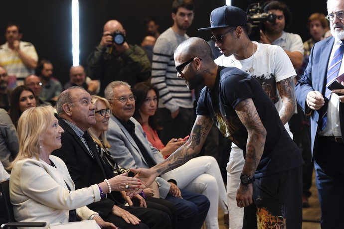 Daniel Alves cumprimenta parente Xavi despedida Barcelona (Foto: JOSEP LAGO / AFP)