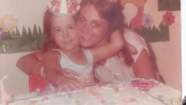 Ju Isen aos 4 anos com a mãe, Cynthia Isensee (Foto: Arquivo pessoal)