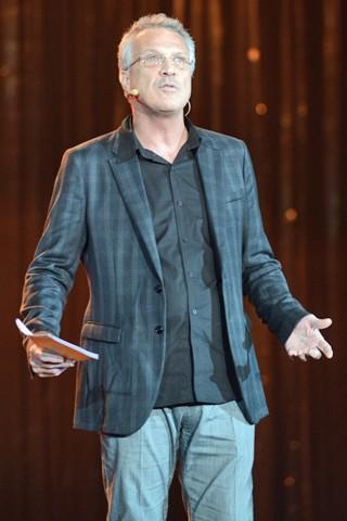 Pedro Bial faz um pequeno Na Moral no palco (Foto: Zé Paulo Cardeal/Globo)