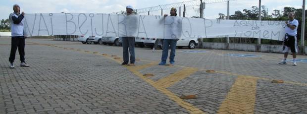 Torcida do Corinthians protesta contra o selinho de Emerson Sheik (Foto: Rodrigo Faber)
