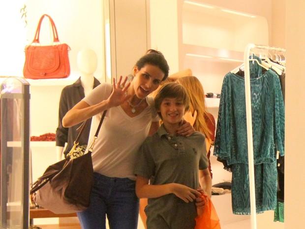 Lisandra Souto e com o filho em shopping no Rio (Foto: Ag. News)
