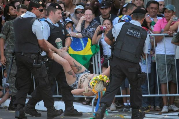 Manifestantes seminuas são detidas durante desfile em Brasília (Foto: AP Photo/Eraldo Peres)