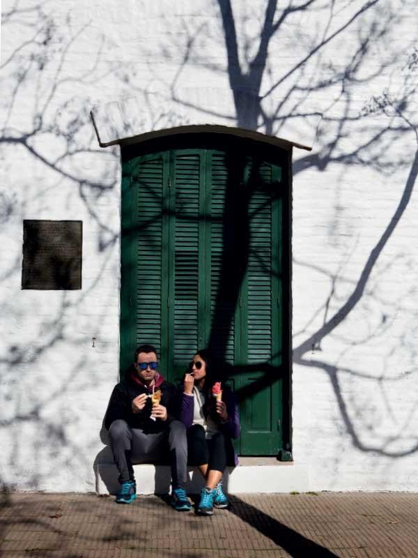 Turistas degustam sorvete (Foto: Marcio Scavone)
