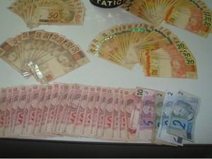 Polícia localizou também um revólver, diversas munições e R$ 2.691 (Foto: Divulgação/ Polícia Militar de Itu)