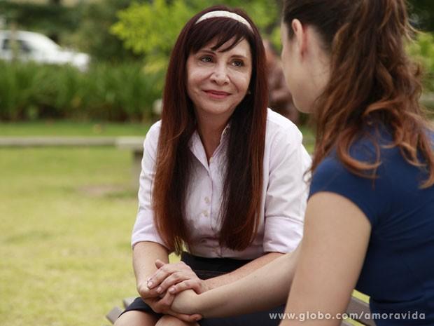 Maristela convida Gina para ir ao culto (Foto: Ellen Soares/TV Globo)