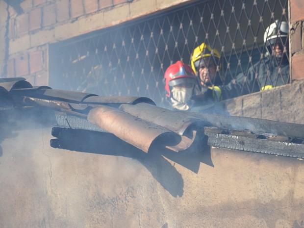 Um incêndio atingiu um imóvel no bairro de Mangabeira VIII, também conhecido como Cidade Verde, em João Pessoa, na tarde deste sábado (17). Segundo o tenente R Santos, do Corpo de Bombeiros, no local funcionava uma casa de festas. A informação foi confirmada pelo Centro Integrado de Operações (Ciop) dos Bombeiros (Foto: Walter Paparazzo/G1)