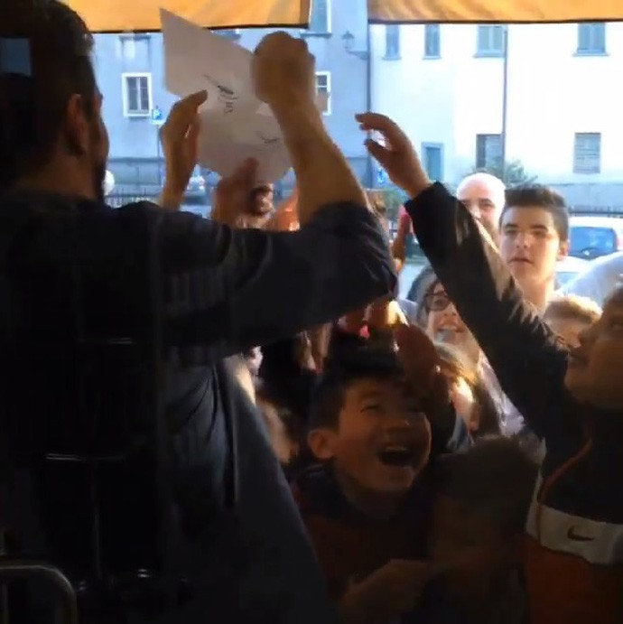 Balotelli atrai fãs do Milan em dia no cabeleireiro (Foto: Reprodução )