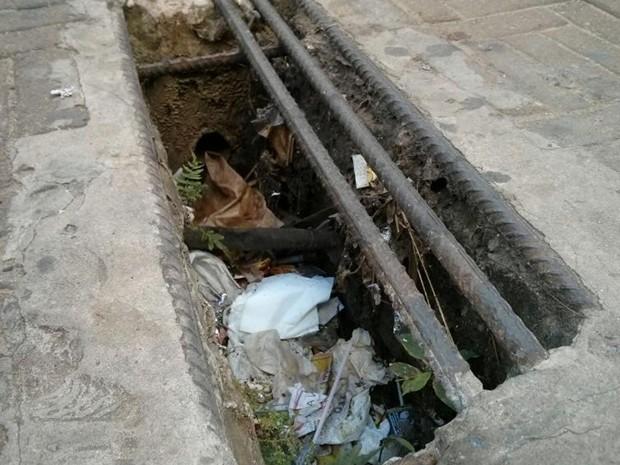 Buraco no Centro de Itapetininga incomoda moradores há um ano (Foto: Cláudio Nascimento/TV TEM)