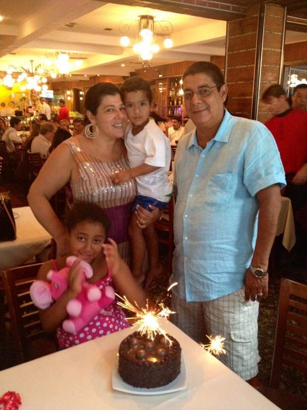 Zeca comemorou os 9 anos da sua fiha Maria Eduardo com almoço no Porcão (Foto: Divulgação)