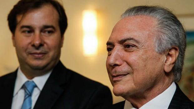 O presidente da Câmara Rodrigo Maia (DEM-RJ) observa o presidente Michel Temer durante evento (Foto: Marcelo Camargo/Agência Brasil)
