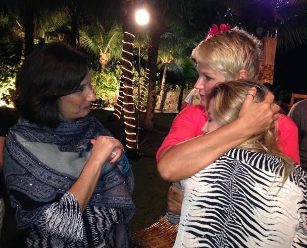 Xuxa recebe o carinho de Zizi Possi e Luiza Possi, nos bastidores do TV Xuxa de férias (Foto: TV Xuxa / TV Globo)