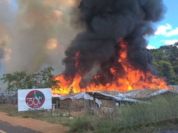 Acampamento MST é incendiado em Cacaulândia, RO (Foto: Whatsapp/Reprodução)