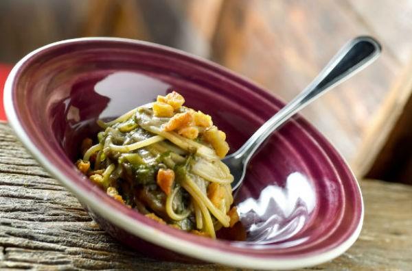 """Spaghetti della Rose: servido com """"torresmos"""" de balhau  (Foto: Tadeu Brunelli/Divulgação)"""