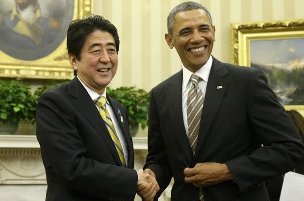 O futuro premiê do Japão, Shinzo Abe, e o presidente dos EUA, Barack Obama, em encontro nesta sexta-feira (22) na Casa Branca (Foto: AP)