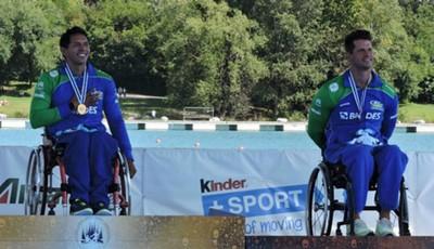Luis Carlos Cardoso e Fernando no pódio em Milão (Foto: Site Oficial / Canoagem Brasileira)