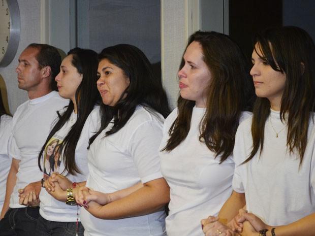 Familiares das vítimas aguardaram de mãos dadas o anúncio da sentença  (Foto: André Resende/G1)