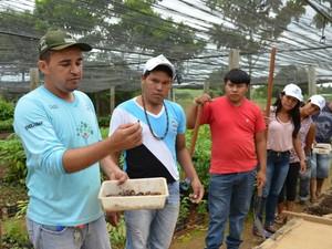 O instrutor do projeto é o técnico florestal Derlival (Foto: Magda Oliveira/G1)