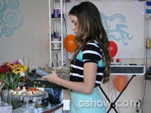 Flaviana passa seu cartão de crédito para cobrir prejuízo (Foto: Malhação / TV Globo)