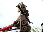 Guindaste tomba ao tentar resgatar carreta acidentada na GO-174; vídeo